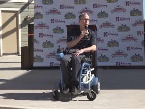 Vývojář vozíku Rory Cooper představuje novinku.
